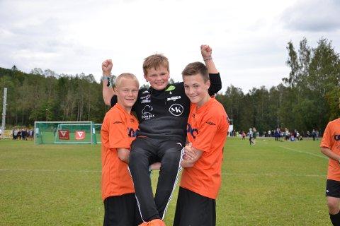 Tremålsscorer Mathias Dalum (t.v.) og lagkaptein Ola Morten Gråberg bærer målvakt Erland Rykhus på gullstol. De var strålende fornøyd med å dra i land seieren til slutt.