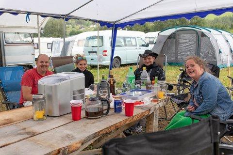 Erik Fossen, Silje Anette Johansen, Frode Johny Johansen og Silje Veronica Gran måtte greie seg uten strøm i morgentimene torsdag. Men har ingenting dårlig å si om festivalen. Tvert imot.