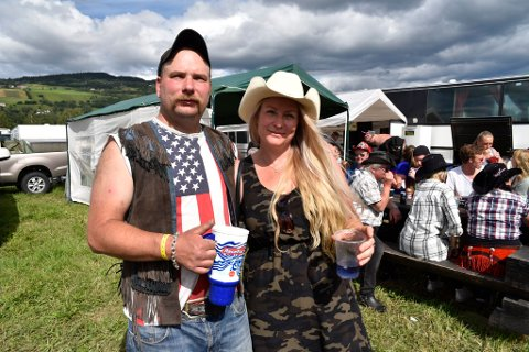 Daniel og Hilde Syverinsen fra TV-programmet Norske Rednecks mener det er viktig at festivalfolket står sammen og hedrer den omkomne.