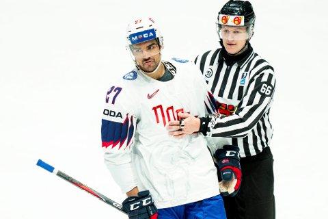 Andreas Martinsen blir utvist under kampen mot Sveits under VM i ishockey 2019 i Bratislava. Norge tapte 4-1.