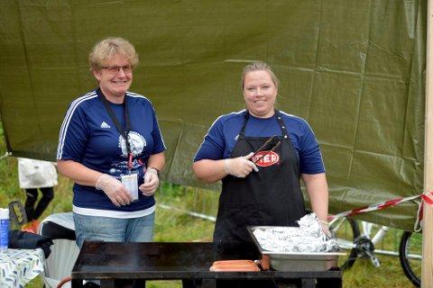 Linda Sletten Løkken (t.h.) og Anita Jørgensborg sørget for at det ble stekt mange hamburgere og pølser under årets turnering. En solid innkektskilde for turneringen.