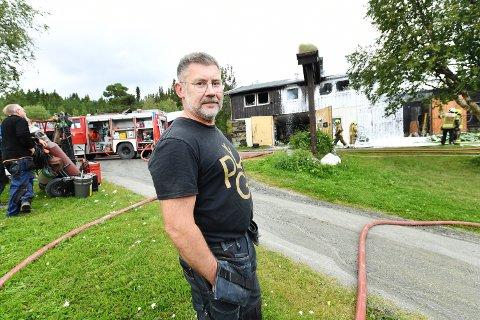 SKREMMENDE: Arnt Voldbakken og ansatte ved hotellet fikk hjulpet ut beboerne og fikk startet slukking før brannvesen nådde fram. – Det var noen skremmende minutter. Flammene spredte seg fort, sier han.