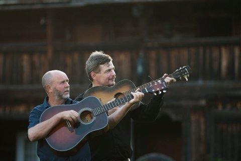Vebjørn Bråthen (til høyre) sammen med sin gitarmentor, Morten Graff. (Foto: Olav Haugaløkken)