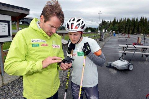 Emil hegle Svendsen synes det er artig å være tilbake der han begynte å få fart på skiskytterkarrieren sin. Her kommer han med gode råd til Sigrid Bilstad Neraasen.