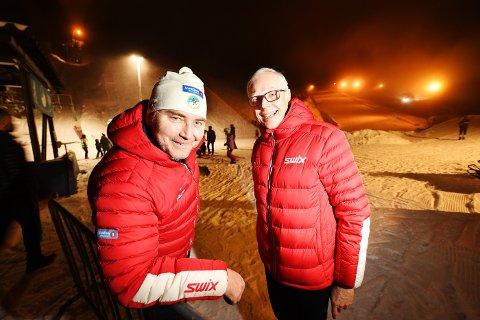 Jon Erik Rønning (t.v.) bekrefter at skiklubben nå søker om et nytt NM til Lillehammer, etter at NM-veka måtte avlyses. Her sammen med Erik Alver, som ledet NM-komiteen.
