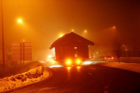HYTTE PÅ E6: Inngående trafikk til byen ble stoppet for å lose den spesielle transporten ut på E6 i motgående kjøreretning, på ferden fra Strandtorget til Olympiaparken, via Jørstadmoen. Også Lillehammer bru ble stengt.