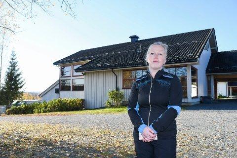 Venter i spenning: Ingunn Dohrn er en av mange foreldre i Lismarka som venter i spenning på onsdagens kommunestyremøte. For tobarnsmora kan det ende med at hun tar med seg familien og flytter.