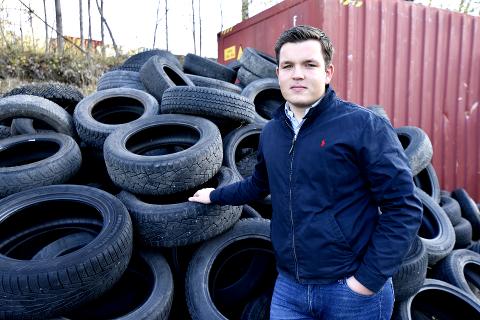 VIL BIDRA TIL TRYGGE VEIER: Anton Mathisen (20) fant på den harde måten ut av at tiden var moden for å skifte til vinterdekk på bilen.