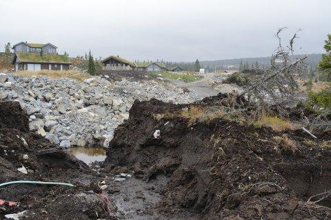 MYR: Slik så det ut noen uker etter at planutvalget hadde vært på befaring.  Lillehammer kommune har nå stoppet gravearbeidene ved hyttelfeltet Lillehammer Sæter 3. De mener utbyggeren ikke har håndtert myrområdene skånsomt, og de har heller ikke søkt om gravetillatelse.