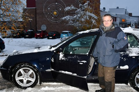 Harald Furuset har akkurat levert to skoleelever på Åretta ungdomssskole, sin egen sønn og sønnens venn. På grunn av astma tør ikke foreldrene til kompisen å sende ham på bussen.
