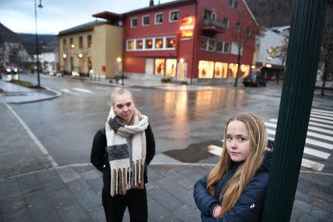 Synne Løvli Haugen (t.v) og Malin Øverjordet, liker ikke utviklingen på Otta med rus. Nå må flere ta tak, mener de.