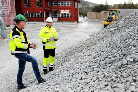 Produksjonsleder Inge Gjerdet og utviklingssjef Svein Gudbrand Lund foran fabrikken i Skjåk.