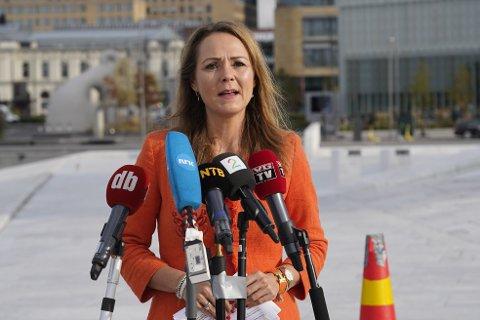Distrikts- og digitaliseringsminister Linda Hofstad Helleland må avlyse tur til Gudbrandsdalen for andre gang. Her fra et pressemøte på operataket for en måneds tid siden.