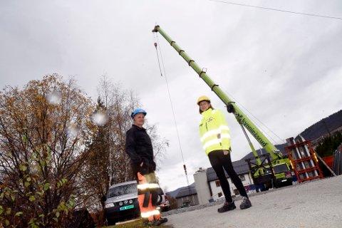 Meierisjef Sigrid Svanborg  sammen med Geir Groven i Jora Bygg ved gigantkrana som heiser elementene på plass.