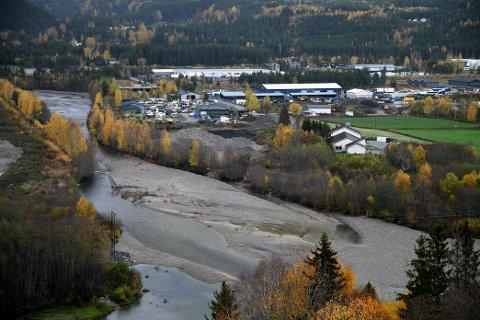 Ringebu kommune ønsker å ta ut grus på fast basis i munningen av Frya. Bildet er tatt i oktober 2020.