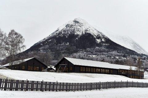 Illustrasjonsfoto av Loar skule i Lom.