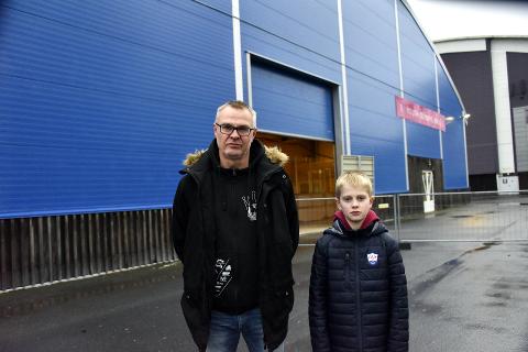 HAR VENTET LENGE: Ronny Myhrvold og sønnen Dennis Myhrvold ser frem til at det skal bli is i Ungdomshallen.