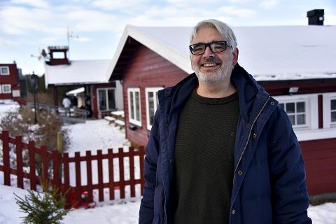 I SAMTALER: Den pensjonerte kommuneoverlegen Per Arne Vesteraas har tilbragt mye tid på asylmottaket i Vinstra.