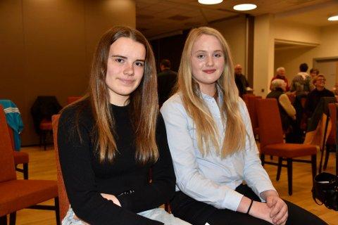 Eivor Rusten Bergdomås og Anna Marie Graaberg Flataunet er, sammen med andre konfirmanter, engasjert i oppbygingen av Dombås kirke.
