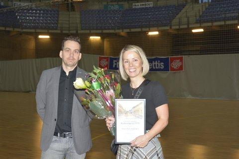 Vivian Haverstadløkken forteller at hun ble rørt over de fine ordene da hun ble tildelt Lillehammer kommunes kulturstipend torsdag. Her sammen med kultursjef Olav Brostrup Müller.