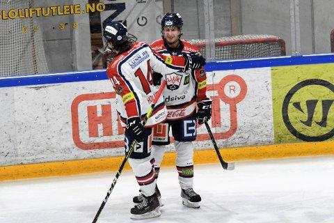 Julius Persson gratuleres av Ben Holmstrom etter scoringen sin