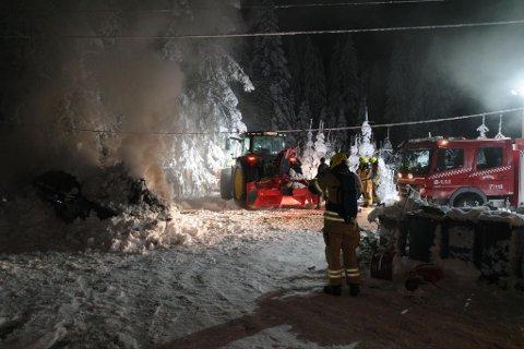 SNØ: Bilen ble dynket med pulverapparat og snø, men det brant fortsatt da brannvesenet kom fram.
