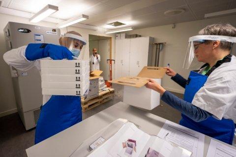 Sykehusapotekene Oslo, mottar den første leveransen til Norge med 9.750 doser av koronavaksinen, utviklet av Pfizer og Biontech.  Foto: Heiko Junge / NTB