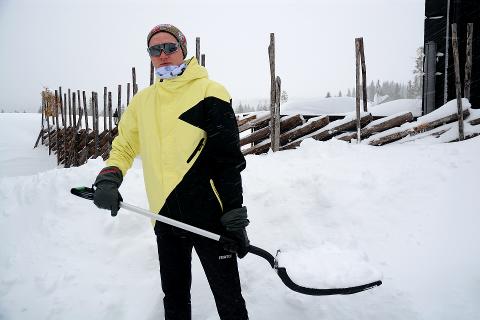 SYSSELSATT: Carl Grøstad har siden han ankom hytta på Sjusjøen søndag morgen møtt på en hel del utfordringer knyttet til det dårlige været.