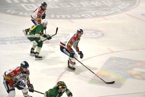 Spencer Humphries og Sverre Rønningen har Mangleruds Mathias Trygg i mellom seg