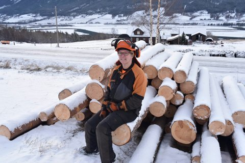 Sandra Kjeka med litt av fangsten fra skogen.