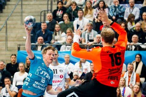 Magnus Jøndal fra Flensburg og Thorsten Fries fra Elverum under mesterligakampen i håndball mellom Elverum og SG Flensburg-Handewitt i Håkons Hall på Lillehammer. 9.312 tilskuere så kampen.
