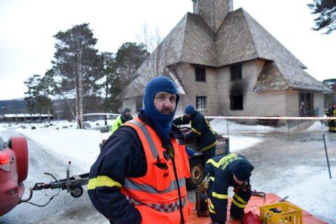 Brannsjef i Dovre og Lesja får ikke fullrost mannskapet som deltok i aksjonen i natt og tidlig i dag.