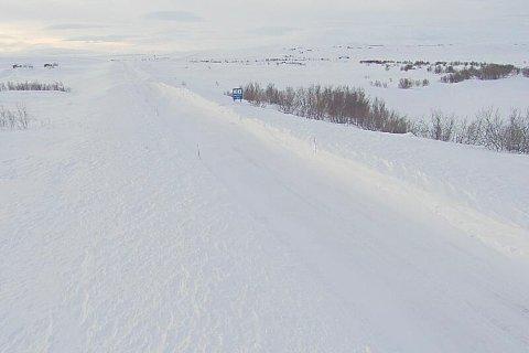 E6 Sennalandet er stengt på grunn av uvær.Statens vegvesen melder at de vil ta en ny vurdering av strekningen klokka 12.