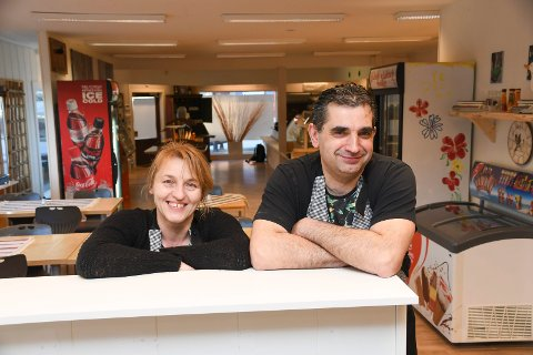 Andrea Uzaskova og Martin Uzsak har åpnet dørene til spisestedet Lunsj på hjørnet i Storgata i Moelv. Familien, som også inkluderer dattera Klaudia og sønnen Martin, driver i tillegg restaurant på Brøttum. Andrea jobber også som nattsykepleier.
