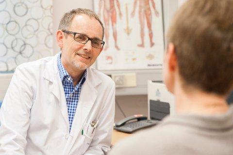 TRO: – Vi har tro på forskningen som nå pågår. Hvis ikke, hadde vi ikke brukt så mye tid og ressurser, sier overlege og professor Lars Bø som leder forskningen på stamcellebehandling mot MS.