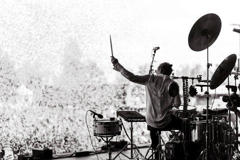 Jonas Barsten i aksjon på scenen. Siden alle kulturarrangementer er avlyst, har han etablert en nasjonal nett-plattform, for direktesendte konserter.