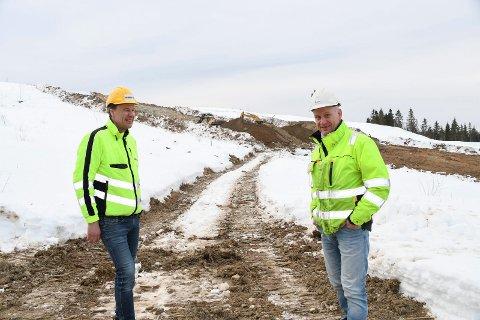 Nå er arbeidet i gang: Amblisberget skianlegg har vært på planstadiet i mange år. Men nå er arbeidet i gang. - Vi har startet med grunnarbeidene, sier Halvor Brandbo (t.v.), daglig leder i  Moelv-bedriften Maskinkraft AS. Til høyre ser vi Ove Tiller, byggeleder for idrettslagene Moelven og Næroset.