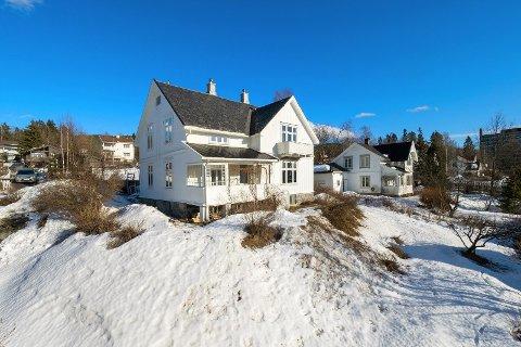 Villaen i Emma Gjelens veg er lagt ut for salg med en prisantydning på 10,2 millioner kroner. Dersom boligen blir solgt for denne prisen, kan det bli den dyreste eneboligen som noen gang er solgt i Lillehammer.