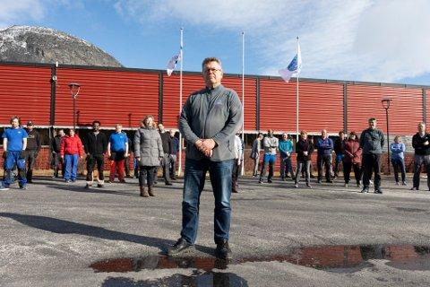 Arild de Presno og de ansatte i Interfil AS i Skjåk takker hverdagsheltene for at bedriften kan gå for nesten full maskin. Foto: Edvard Mølmen, dmt as)