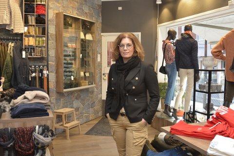 Anita Knudsen ved klesbutikken Tendenza på Lillehammer er lei seg på vegne av sin mangeårige samarbeidspartner.