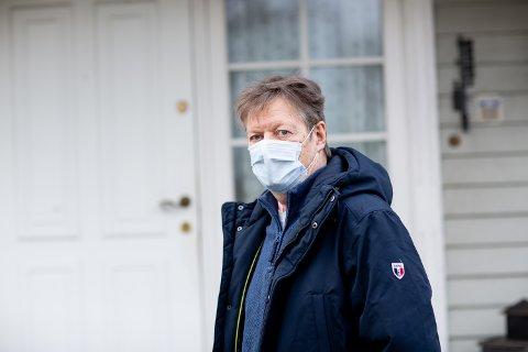 ENDELIG HJEMME: I dag kunne Arne Johannessen reise hjem til Kjeller etter nesten tre uker på Ahus. Nå må han sitte i isolat. Om en uke skal han testes for å undersøke om koronaviruset er ute av kroppen. - Det er så deilig å være hjemme igjen, sier han.