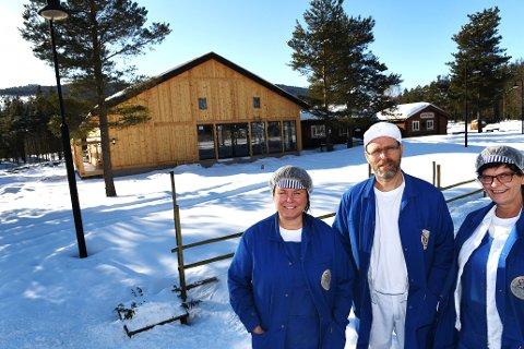 Nye Heidal Ysteri har reist seg. I april er det offisiell åpning. Nå satser Hege Krukhaug (t.v) på å doble produksjonen i løpet av 3-5 år. Her sammen med ansatte Koen Speetjens og Ragnhild Fuchs.