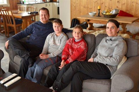 Kristoffer Kvernes, Jens Kvernes (11 år), Josefine Kvernes (8 år) og Marit Høye setter stor pris på få låne hytte gratis noen dager i påsken. De har kjempefine dager i hytta på Venabygdsfjellet.