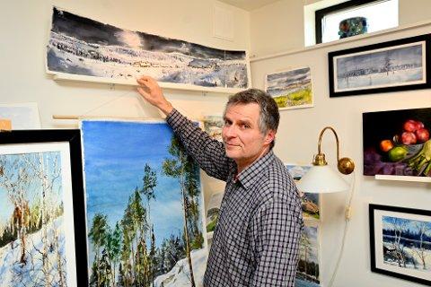 Kjetil Skaansar viser én av akvarellene han har laget, med motiv fra Nordseter-traktene.
