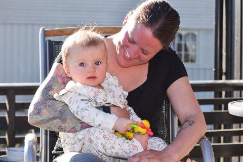 VENTER PÅ OPERASJON: 7. mai skal Matilda Beck Husa (8 mnd) operere inn to implantat fordi hun er født med svært redusert hørsel. Mamma Christina Beck Jørgensen er veldig spent.