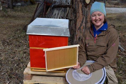 Ragnhild Løkken er i gang med å klargjøre bikuber.