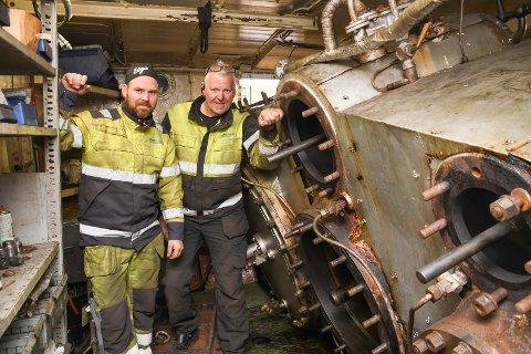 Spesiell arbeidsplass; Stian Hagen (t.v.) og Jo Anders Kristiansen er ansatt i Moelv-bedriften Ringsaker Industriservice. Siden august i fjor har de jobbet til sammen 2.000 timer på Skibladner. Bildet er tatt i maskinrommet på verdens eldste hjuldamper. Stempelåpningene viser at det her er snakk om grove dimensjoner.