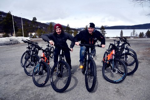 ELSYKKELBASE:  Benjamin Plaisance (30) og Vidar Glende (54)har gått saman om selskapet Bike&Hike Jotunheimen og satsar  på elsykkelturisme i Jotunheimen med Lemonsjøen fjellstue som base.