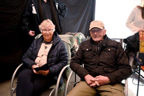 Her koser Åste Stakston (78) og Iver Stakston (82) seg på garasjekino i borettslaget.