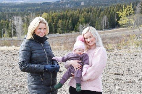 LÅNER BORT JORD: Siri Standal (50) og stedatteren Maria Hansen (28) med datteren Åse-Marie (10 mnd.) på armen, foran åkerlappen der lokale familier kan få dyrke egne grønnsaker.